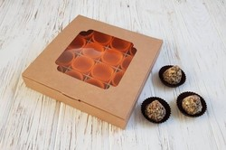 Коробка для цукерок 185х185х30 на 16 штук з вікном крафт