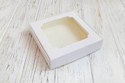 Коробка для солодощів з віконцем 150х150х30 мм крейдований картон